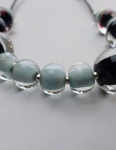 marie tellier collier cuir et perles de verre asymétriques 2_