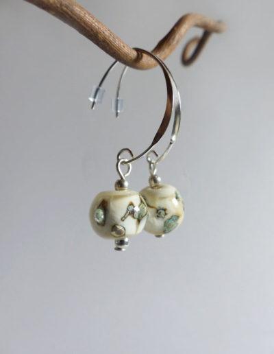 marie tellier_boucles d oreille crochets perle de verre beige
