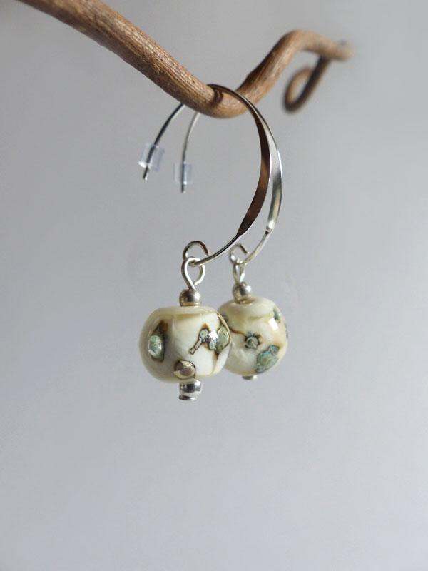 marie tellier_boucles d oreille crochets perle de verre beige et argent