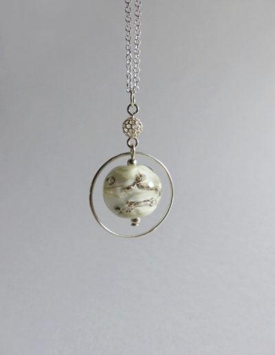 marie tellier_collier cercle perle de verre beige