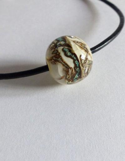 marie tellier_collier cuir perle de verre beige