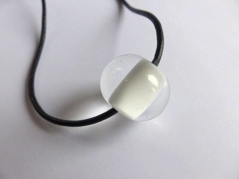 marie tellier_collier cuir et perle de verre blanche et transparente