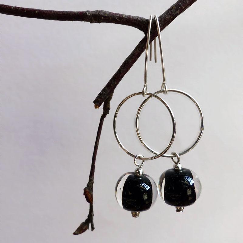 marie tellier_boucles d oreille en perle de verre noire et transparente